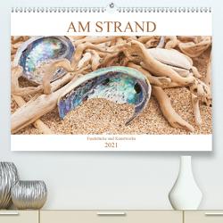 Am Strand – Fundstücke und Kunstwerke (Premium, hochwertiger DIN A2 Wandkalender 2021, Kunstdruck in Hochglanz) von Wojciech,  Gaby