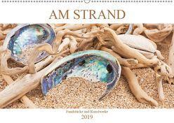 Am Strand – Fundstücke und Kunstwerke (Wandkalender 2019 DIN A2 quer) von Wojciech,  Gaby