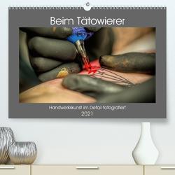 Beim Tätowierer (Premium, hochwertiger DIN A2 Wandkalender 2021, Kunstdruck in Hochglanz) von Siebauer,  Sven