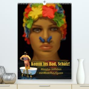 Komm ins Bad, Schatz! Miniatur-Stillleben mit Modellbaufiguren (Premium, hochwertiger DIN A2 Wandkalender 2021, Kunstdruck in Hochglanz) von Ochs,  Susanne