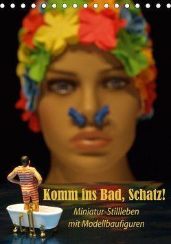 Komm ins Bad, Schatz! Miniatur-Stillleben mit Modellbaufiguren (Tischkalender 2019 DIN A5 hoch) von Ochs,  Susanne