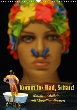 Komm ins Bad, Schatz! Miniatur-Stillleben mit Modellbaufiguren (Wandkalender 2018 DIN A3 hoch) von Ochs,  Susanne