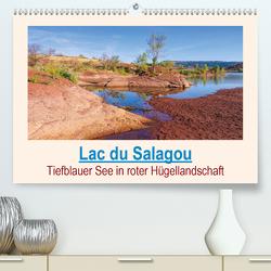 Lac du Salagou – Tiefblauer See in roter Hügellandschaft (Premium, hochwertiger DIN A2 Wandkalender 2020, Kunstdruck in Hochglanz) von LianeM
