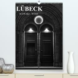 Lübeck schwarz-weiß (Premium, hochwertiger DIN A2 Wandkalender 2020, Kunstdruck in Hochglanz) von Peters,  Oliver