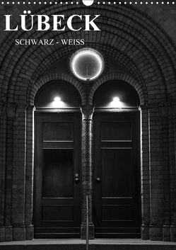 Lübeck schwarz-weiß (Wandkalender 2018 DIN A3 hoch) von Peters,  Oliver