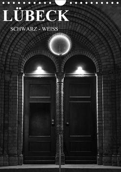 Lübeck schwarz-weiß (Wandkalender 2018 DIN A4 hoch) von Peters,  Oliver