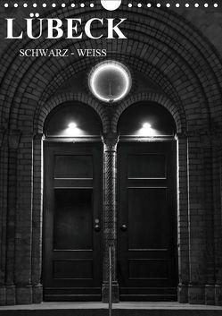 Lübeck schwarz-weiß (Wandkalender 2019 DIN A4 hoch) von Peters,  Oliver