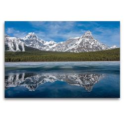 Premium Textil-Leinwand 120 x 80 cm Quer-Format Die verschneiten Gipfel des Howse Peak und des Mount Chephren spiegeln sich im teilweise gefrorenen Waterfowl Lake | Wandbild, HD-Bild auf Keilrahmen, Fertigbild auf hochwertigem Vlies, Leinwanddruck von Daniel Meissner
