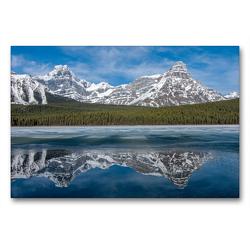 Premium Textil-Leinwand 90 x 60 cm Quer-Format Die verschneiten Gipfel des Howse Peak und des Mount Chephren spiegeln sich im teilweise gefrorenen Waterfowl Lake | Wandbild, HD-Bild auf Keilrahmen, Fertigbild auf hochwertigem Vlies, Leinwanddruck von Daniel Meissner